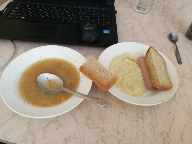 Обед: рыбный суп, рисовая каша, сосика, 2 кусочка хлеба, компот