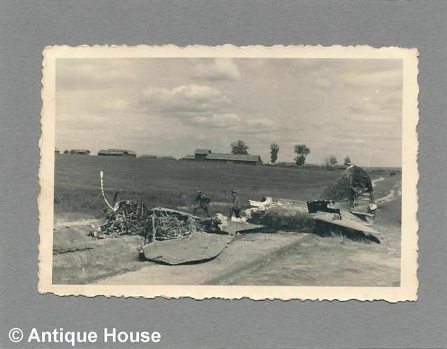 Foto-WK-II-Wehrmacht-Soldaten-besichtigen-abgest-rztes-wohl