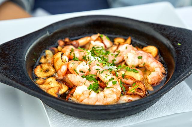 Pan-of-Garlic-Prawns-on-restaurant-table