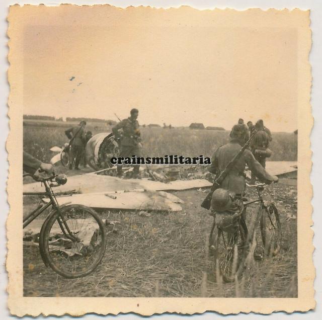Orig-Foto-Soldaten-bei-russisches-Flugzeug-Wrack-in