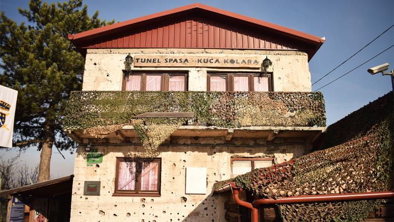 منزل عائلة كولار الذي حفر النفق من أسفله وتبدو عليه بوضوح آثار الشظايا من فترة الحرب وتحول الآن لمتحف
