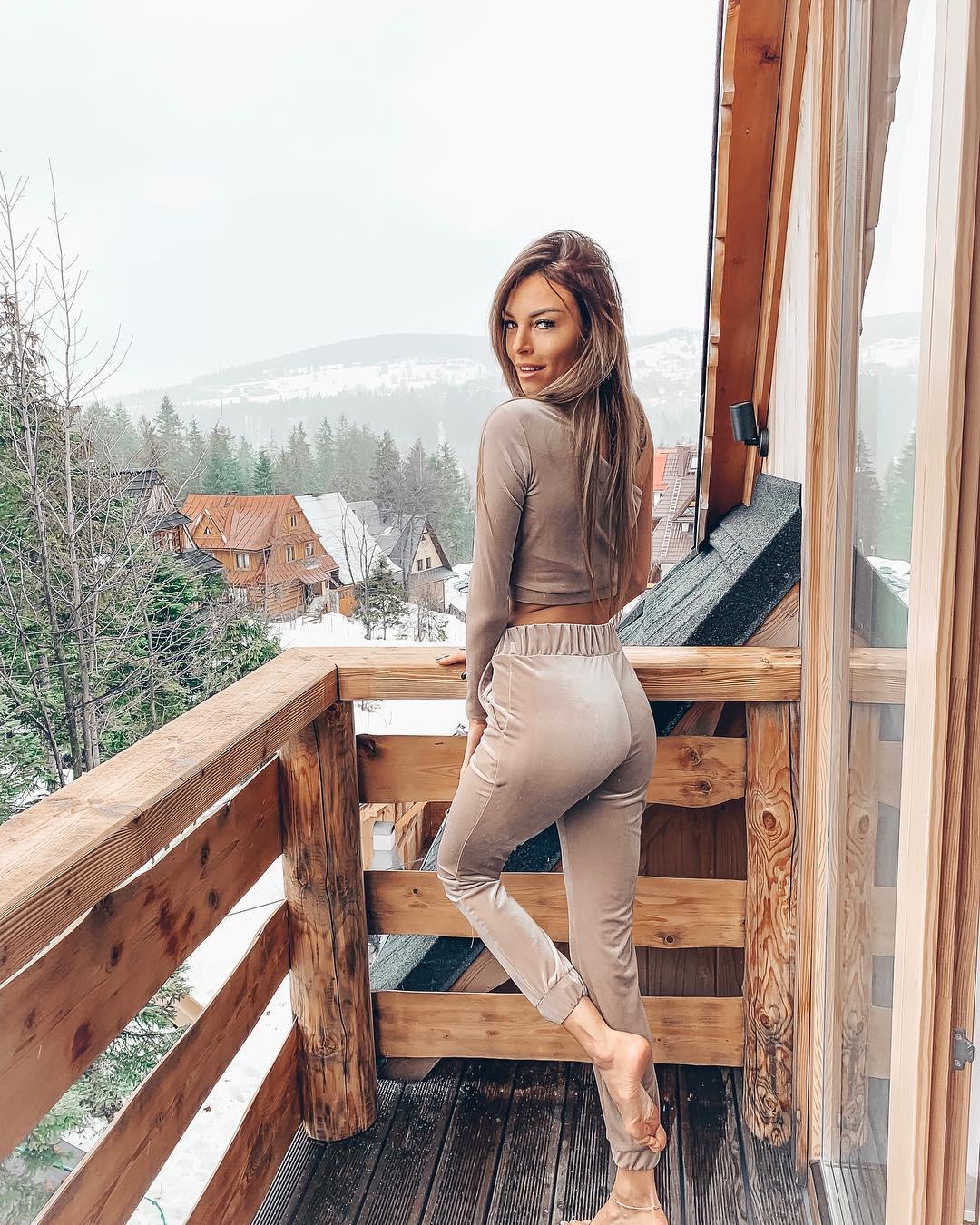 Karolina-Karolczak-Wallpapers-Insta-Fit-Bio-4