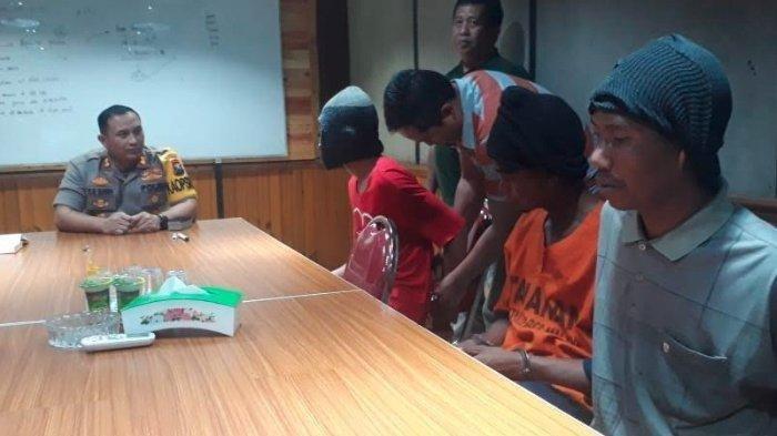 Satreskrim Polres Malang: Kapolres Malang AKBP Yade Setiawan Ujung saat mengintrogasi tersangka ZA dan Ahmad (22) serta kakaknya Rozikin (25) pelaku begal, Selasa (10/9/2019).