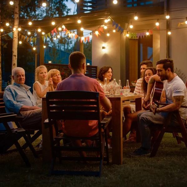 Uma imagem com pessoa, sentado, grupo, teto  Descrição gerada automaticamente