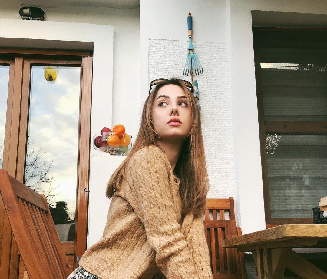 Zeynep-Surmeli-Wallpapers-Insta-Fit-Bio-7