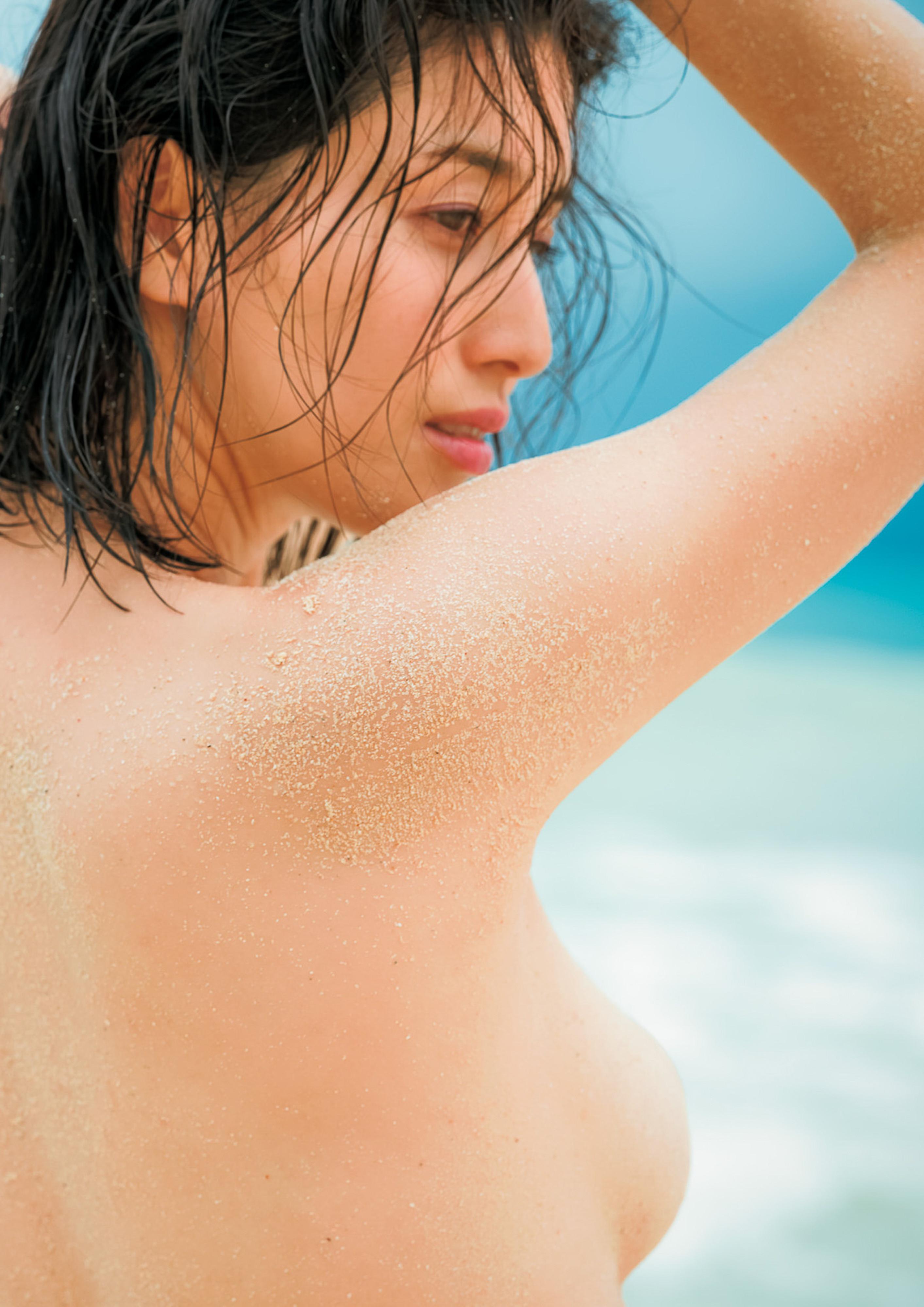 Hashimoto-Manami-db-hugging-in-Hawaii-084