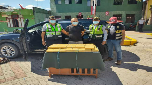 intervienen-camioneta-con-40-paquetes-de-droga-policia-presume-que-droga-salio-de-tocache