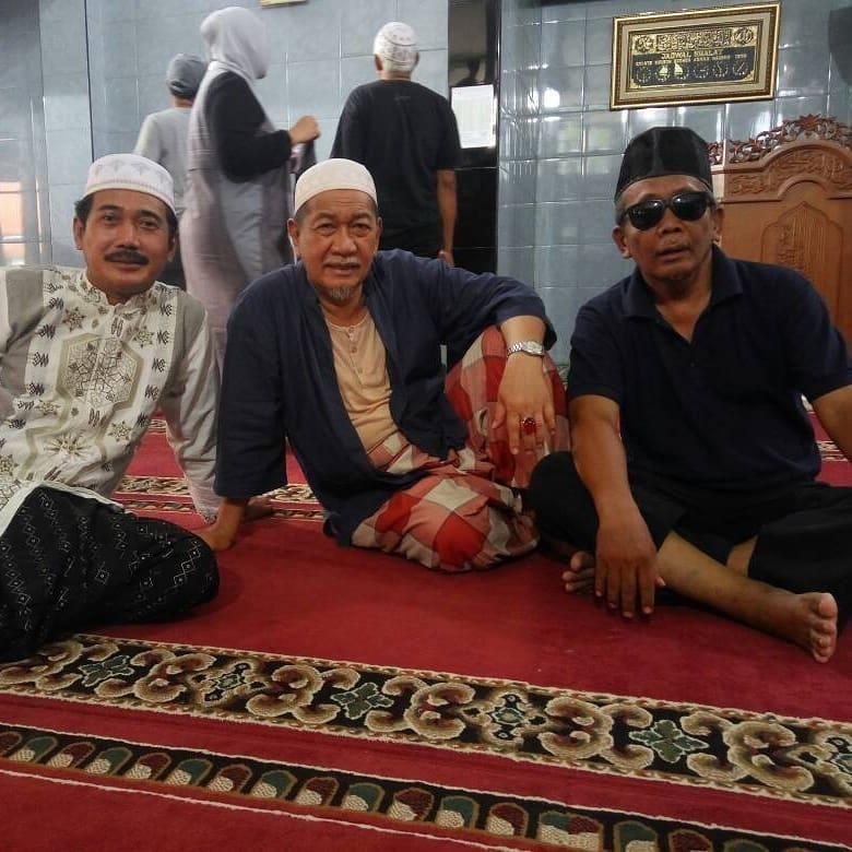 Yanto Tampan (paling kanan) bersama Deddy Mizwar untuk sinetron Para Pencari Tuhan