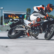 2019-KTM-690-SMC-R-supermoto-06