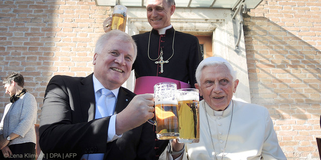 web3-pope-benedict-xvi-beer-birthday-happy-smiling-043-dpa-pa-170417-99-99721-dpai-lena-klimkeit-dpa