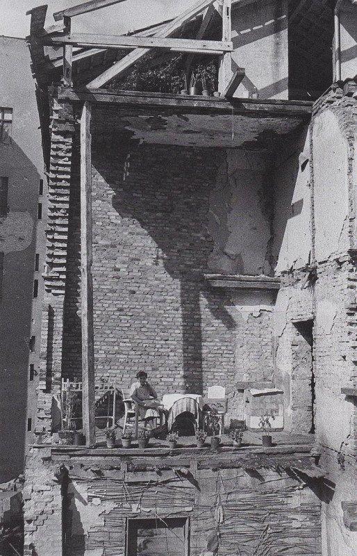 Женщина в своей разбомбленной квартире