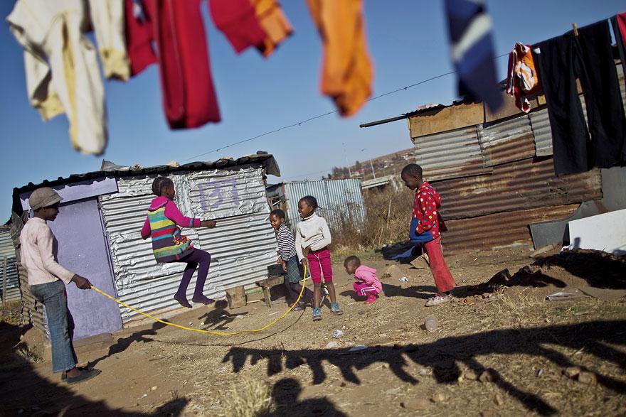 32 фотографии радостных моментов детства из разных стран-55