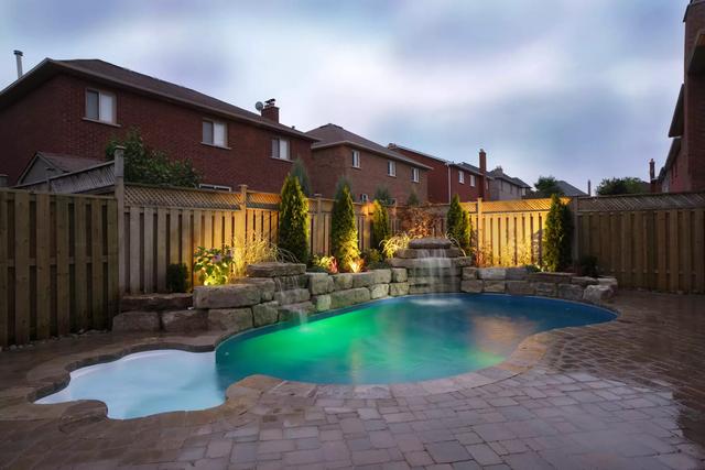 красивый подсвеченный бассейн около дома