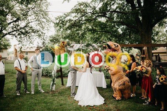Pengiring Pengantin Ini Pakai Kostum T-Rex di Acara Pernikahan