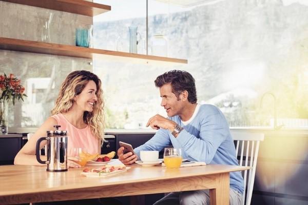 Люди за столиком в кафе