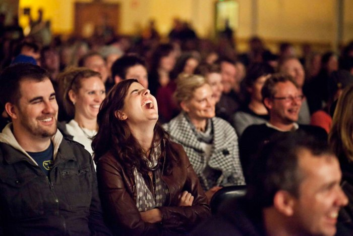 Реакция живой аудитории создает у зрителей эмоциональный отклик