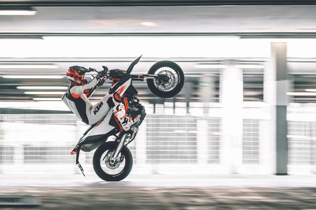 2019-KTM-690-SMC-R-supermoto-05