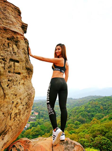 正妹_健身教練藍晨熙Erin穿運動內衣爬龍船岩_波濤洶湧真是太辣了啦
