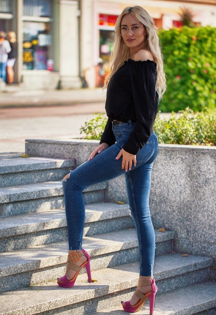 Adrianna-Strzalka-Wallpapers-Insta-Fit-Bio-9