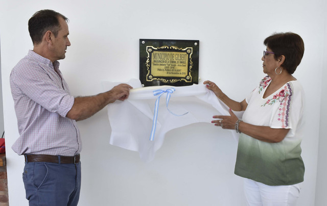 Regionales: Gilbert: Se descubrió la placa inaugural de la Terminal de ómnibus en Gilbert