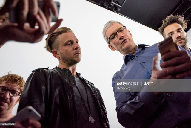 Tim-Cook-chief-executive-officer-of-Apple-Inc-second-right-speaks-with-Ryan-Tedder-lead-singer-of-On.jpg