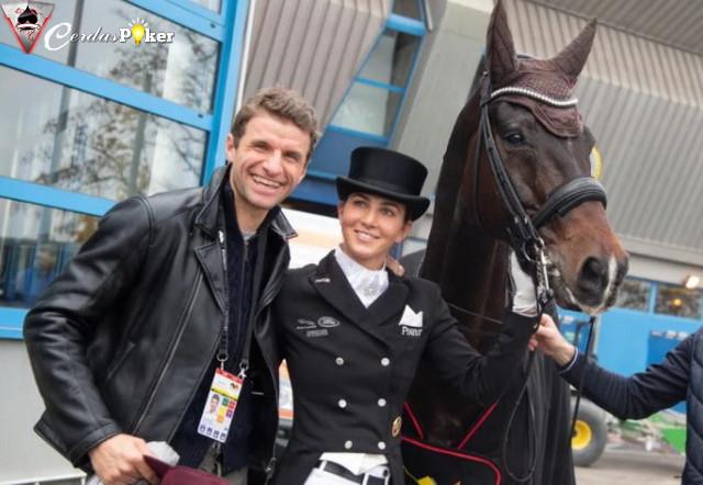 Thomas Mueller Tolak Menunggang Kuda meski Beristri Atlet Berkuda
