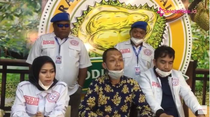 Kuasa hukum Mansyardin Malik, M Fayyadh (baju batik) resmi mengundurkan diri jadi penasehat hukum ayah Taqy Malik.