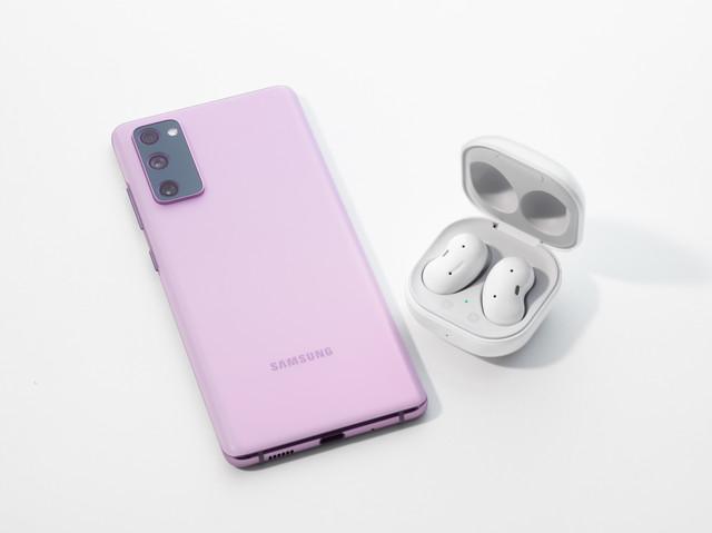 Pengguna-juga-bisa-menghubungkan-perangkat-Samsung-Galaxy-S20-FE-dengan-Buds-Live-untuk-menyalakan-p