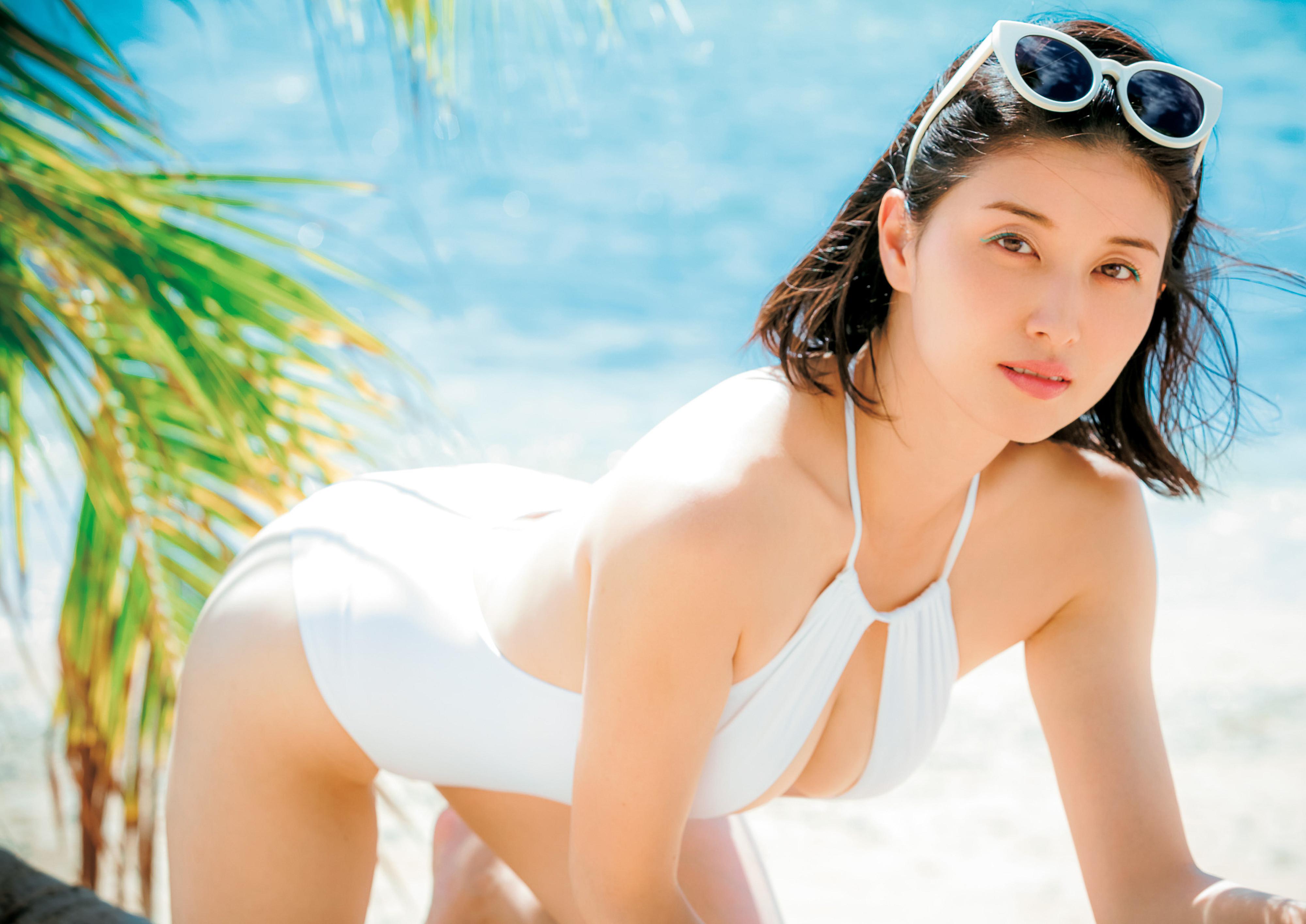 Hashimoto-Manami-db-hugging-in-Hawaii-008