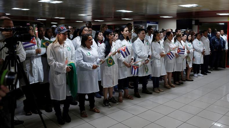 Высланных из Бразилии врачей приветствуют в аэропорту Гаваны