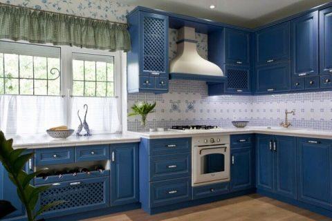 Кухня с синей плиткой