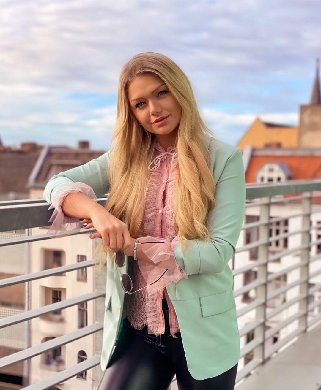 Sarah-Wiese-Wallpapers-Insta-Fit-Bio-2