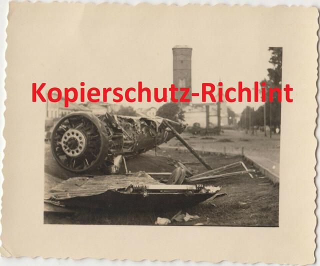 org-Foto-Wehrmacht-Russland-abgeschossenes-Flugzeug-in-Stadt