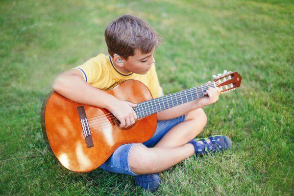Слабослышащий мальчик с гитарой