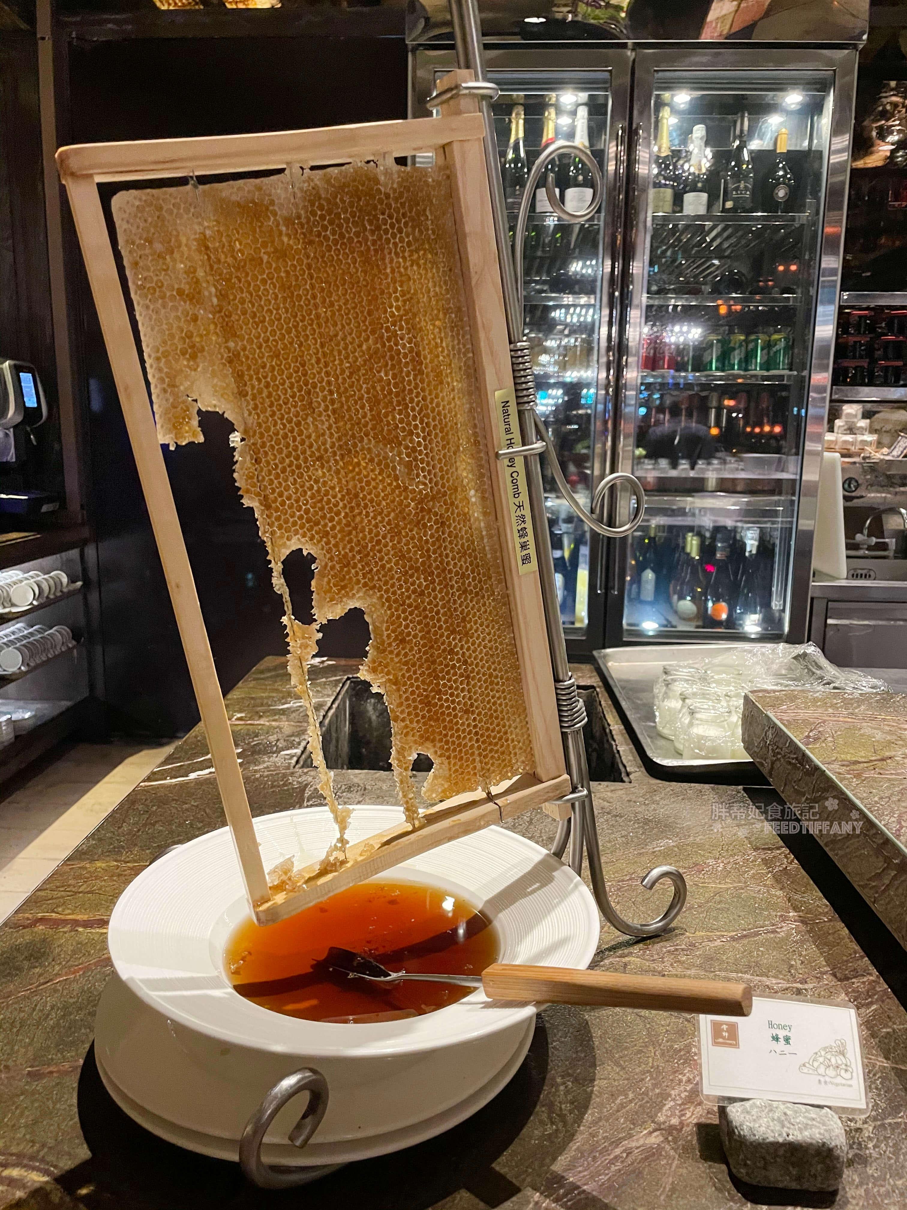 台北君品酒店 蜂巢蜜一整張讓客人隨意刮