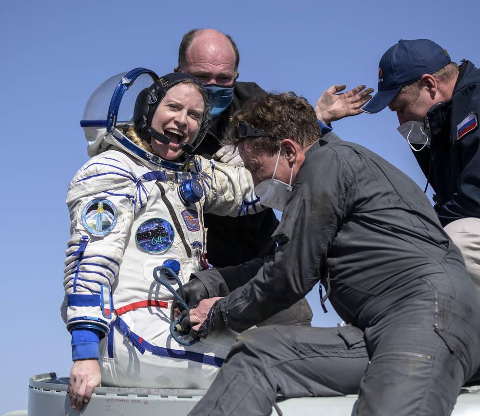 La astronauta de la NASA Kate Rubins y sus compañeros de tripulación regresan con seguridad a la Tierra