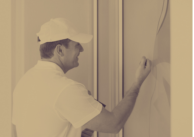 Image-of-an-aircon-technician-knocking-outside-the-front-door-of-a-house