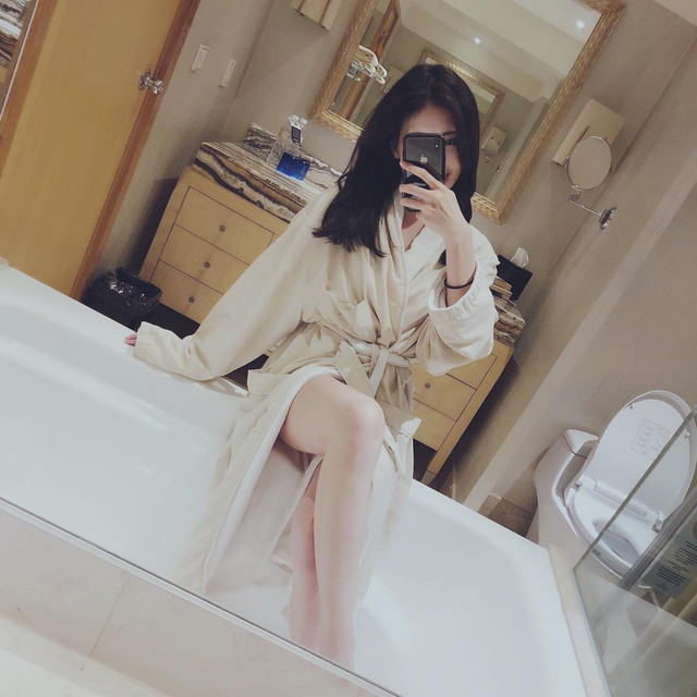 長榮正妹空姐Hannah_Chin秀新制服自拍_絲襪顏色換了這下真的是黑絲了