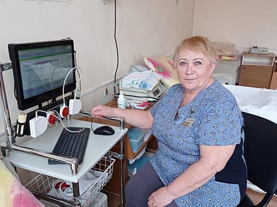 Надежда Новикова, акушерка высшей категории, работающая в роддоме Краснотурьинска уже 47-й год