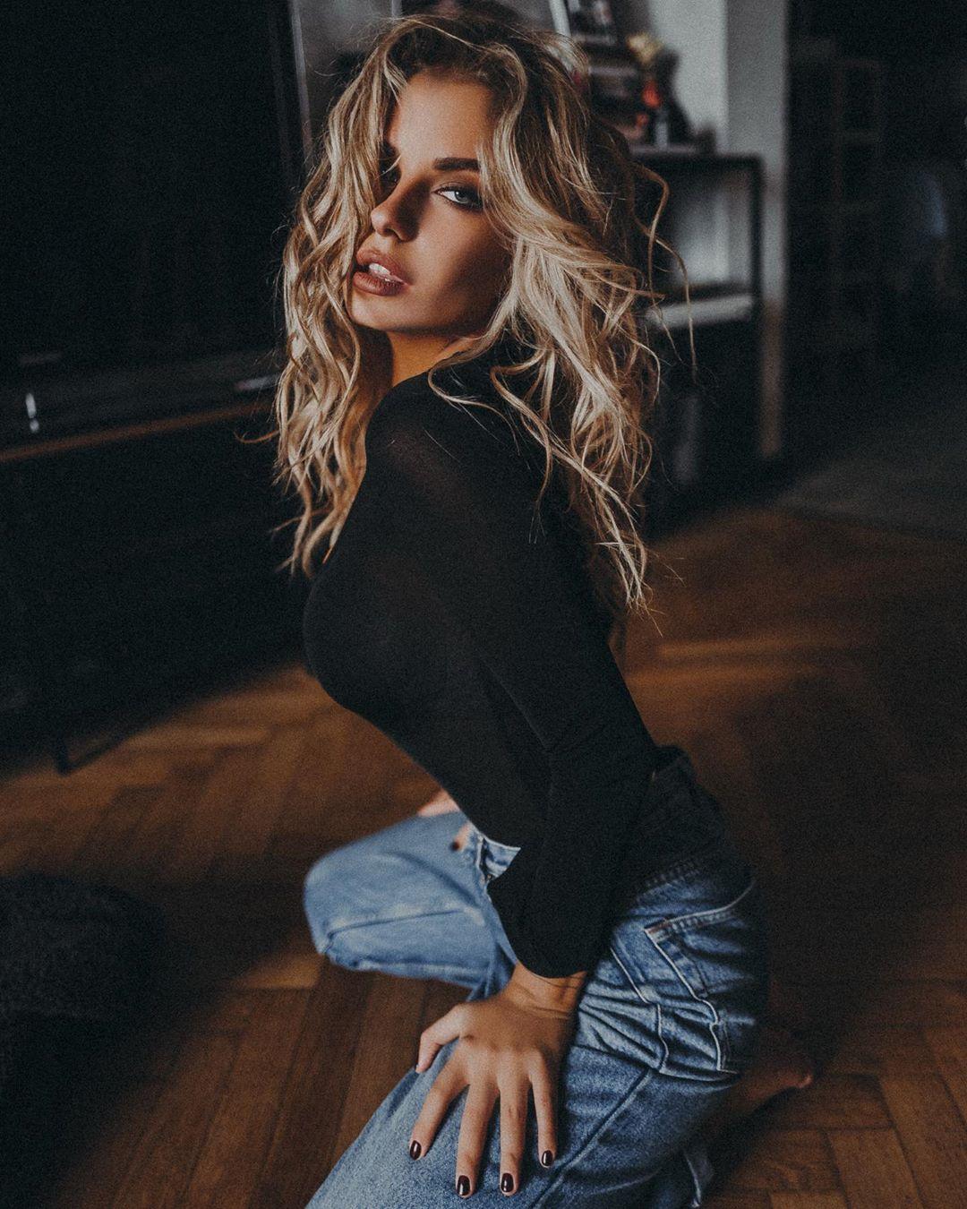 Alexandra-Burimova-Wallpapers-Insta-Fit-BIo-9