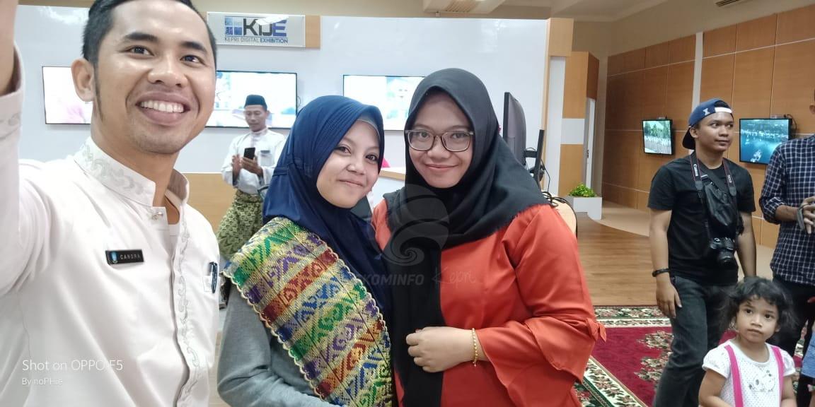 kunjungan Kiki LIDA ke Kepri Smart Province dimanfaatkan para penggemar untuk berfoto bersama.