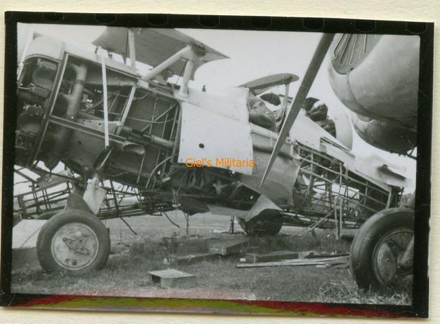 Orig-Foto-Soldat-bei-Russ-beute-Flugzeug-am