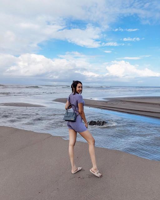 Foto Anya Di Pantai