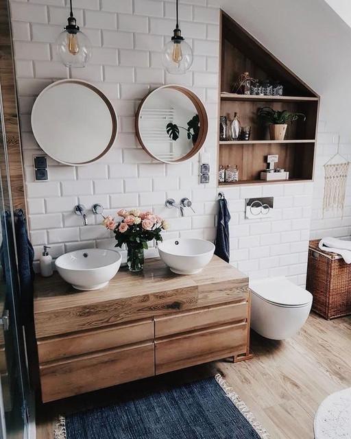 Интерьер ванной комнаты с деревом