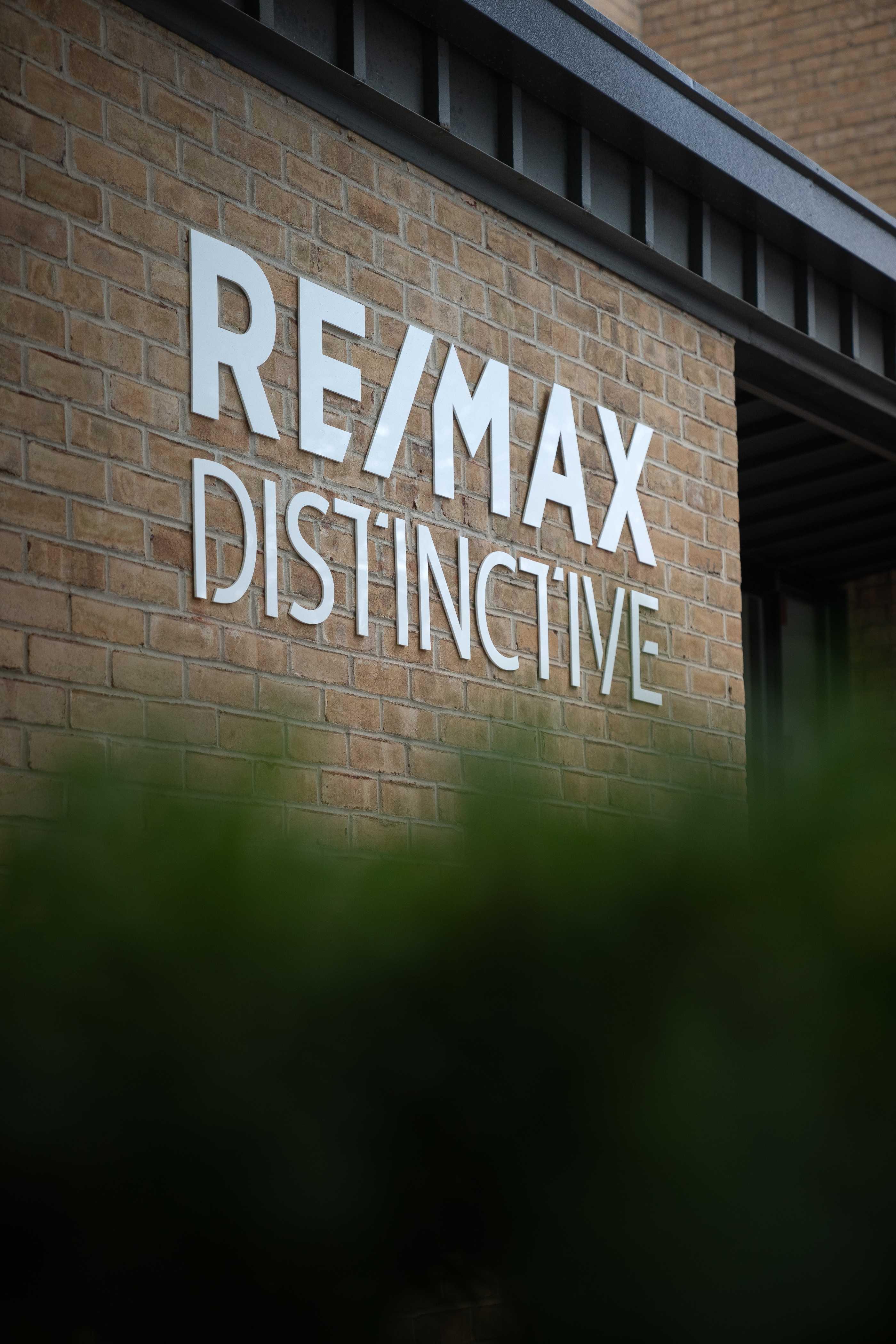 REMAX-Distinctive-Front-Office-1