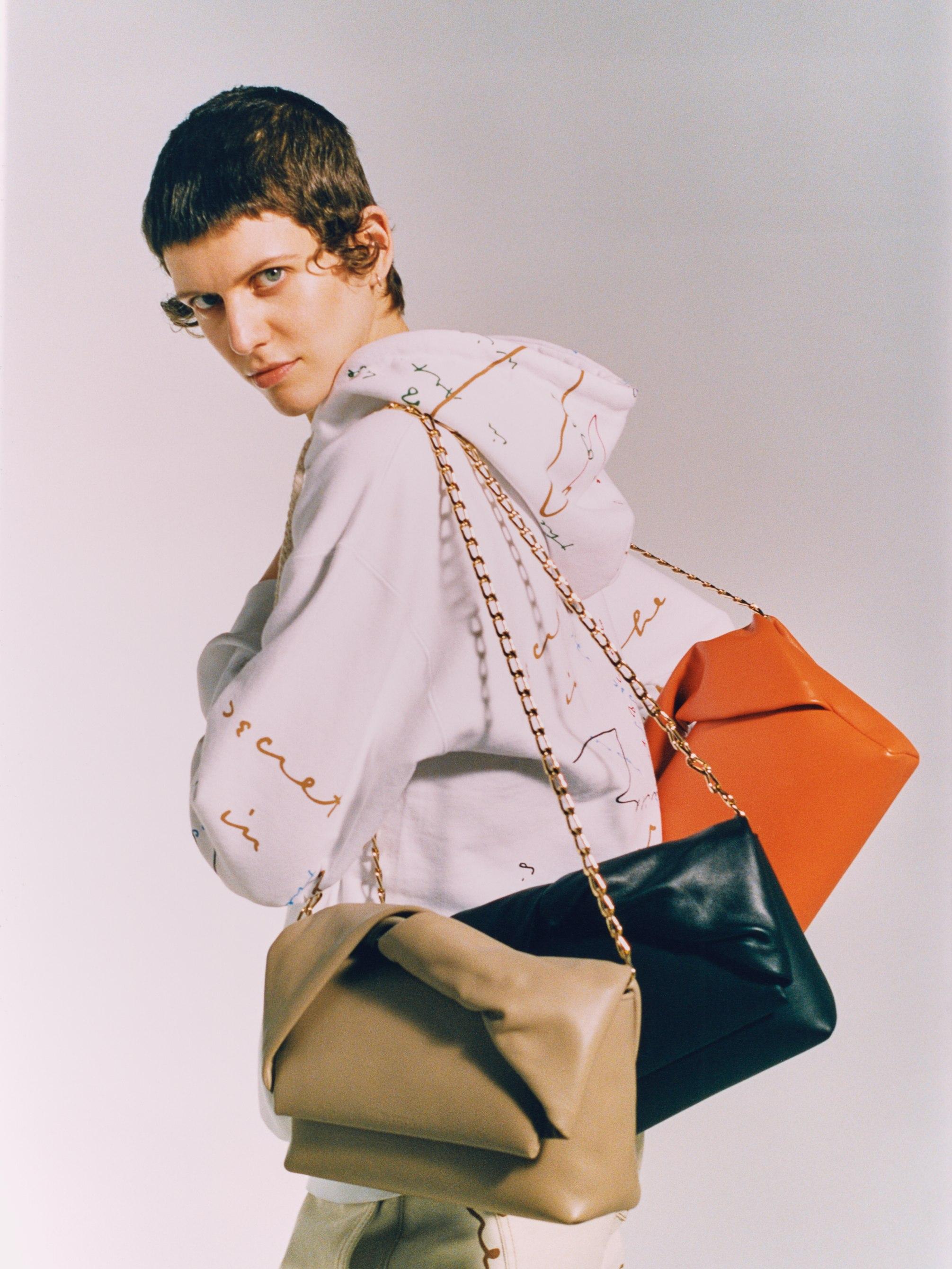 JW Anderson rilancia l'iconica Twister Bag