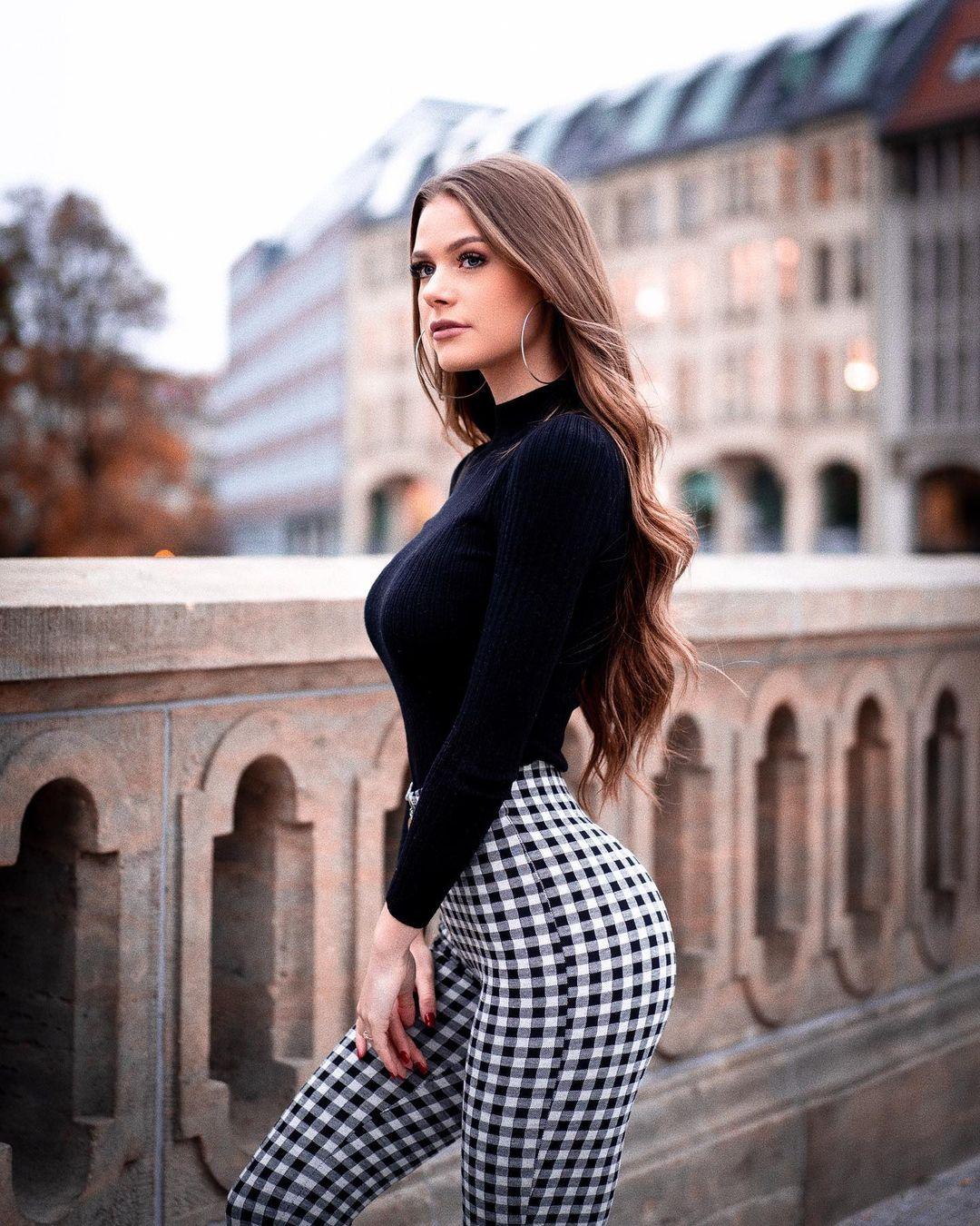 Emilia-Bte-Wallpapers-Insta-Fit-Bio-1