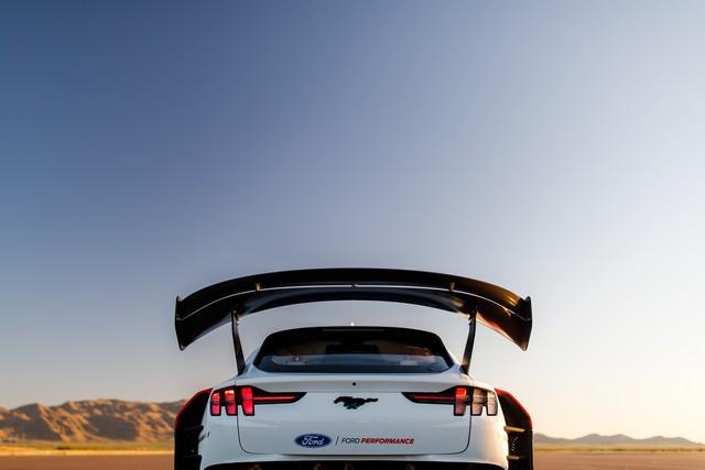 Ford Performance et RTR dévoilent un prototype 100% électrique, la Mustang Mach-E 1400, pour un nouvel art du drift Mach-E-1400-APG-selects-36