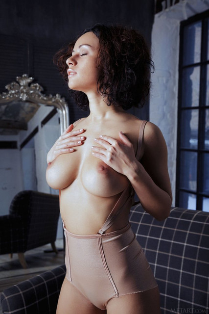 pammie-lee-shows-off-her-perfect-big-melons-and-hairy-yummy-vag-05
