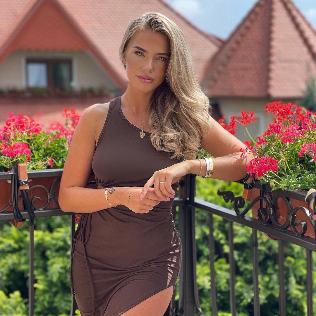 Laura-Maria-Wallpapers-Insta-Fit-Bio-4